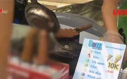 Ngang nhiên bày bán bánh phản cảm tại Cung Thiếu nhi Hà Nội
