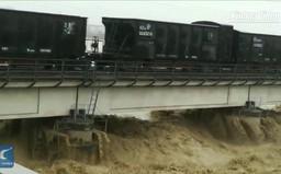 Trung Quốc: Dùng hai đoàn tàu nặng 7.000 tấn để giữ cầu trong lũ lụt