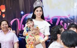 Hoa hậu Trần Tiểu Vy đi từ thiện lần đầu tiên sau đăng quang