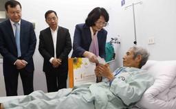 Phó Chủ tịch nước Đặng Thị Ngọc Thịnh tặng quà Tết bệnh nhân ung thư