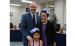 Mỹ: Cô giáo cắt bỏ tóc dài ngang eo để ngăn bắt nạn học đường
