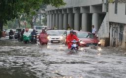 Nhiều tuyến đường ở TP.HCM ngập nặng do mưa lớn