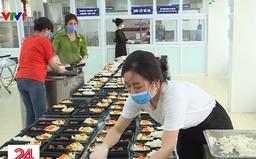Giáo viên tại Hải Phòng tình nguyện làm đầu bếp phục vụ bữa ăn cho khu cách ly