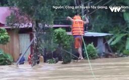 Công an đu dây giải cứu 6 người mắc kẹt giữa dòng nước lũ