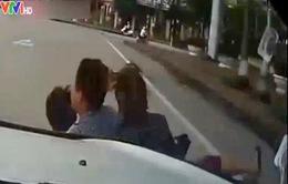 """Xe máy đèo 3 """"cướp"""" đường, húc chéo đầu ô tô"""