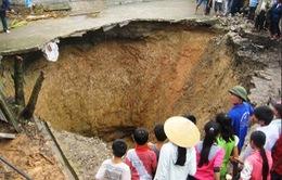 """Cận cảnh hố """"khổng lồ"""" bất ngờ xuất hiện ở Thanh Hóa"""