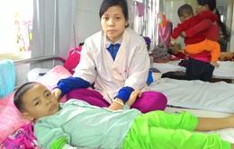 Bị chồng bỏ rơi, người vợ trẻ oằn mình nuôi con và cha bạo bệnh