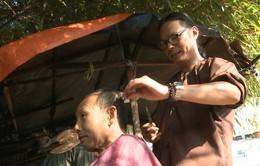 Bố ơi! Mình đi đâu thế?: Trần Lực trổ tài cắt tóc dạo