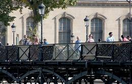 """Pháp ngăn """"nạn"""" khóa tình yêu trên cầu sông Seine"""