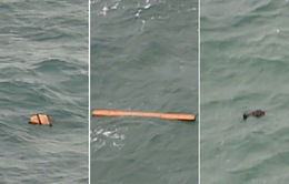 Máy bay Airasia mất tích: Phát hiện vật lạ giống cửa máy bay, áo phao