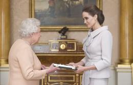 Angelina Jolie vinh dự diện kiến Nữ hoàng Anh