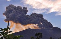 Indonesia đóng cửa sân bay do núi lửa Gamalama phun trào