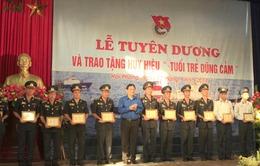 """Trao huy hiệu """"Tuổi trẻ dũng cảm"""" cho 27 chiến sĩ Cảnh sát biển vùng 1"""