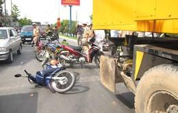 Cần Thơ: Kinh hoàng10 xe máy bị xe cẩu cuốn vào gầm