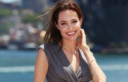 """Angelina Jolie gặp khókhi """"chỉ đạo""""Brad Pitt"""