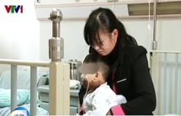 Trung Quốc: Bé trai 3 tuổi uống nhầm axit đậm đặc