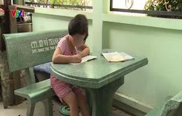 Bé gái 6 tuổi bị cha ruột dùng lửa đốt khắp người