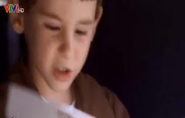 Lạ lùng cậu bé 4 tuổi lái xe giao hàng