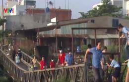 """Người dân TP HCM băng qua cầu gãy, đối diện """"tử thần"""""""
