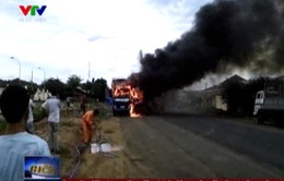 Dừng bên đường, xe tải bỗng nhiên bốc cháy ngùn ngụt