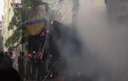 Hà Nội: Cháy lớn 2 cửa hàng đồgỗ ở đường Đê La Thành