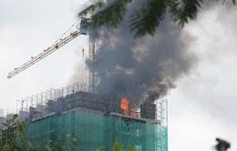 TP.HCM: Cháy lớn trên nóc cao ốc đang xây dựng