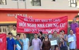 Thiếu minh bạch trong quản lý phí chung cư, dân tuần hành phản đối