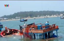 Cứu sống 12 ngư dân trên tàu mắc cạn gần đảo Lý Sơn