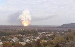Nổ lớn tạo ra cột khói và lửa bốc cao trên bầu trời Donetsk