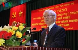 Trao tặng Huy hiệu 65 năm tuổi Đảng cho đồng chí Lê Khả Phiêu