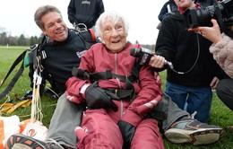 Cụ bà nhảy dù kỷ niệm sinh nhật… 100 tuổi
