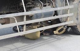 Nữ công nhân bị xe tải cuốn vào gầm