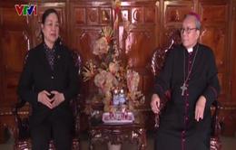 Đồng chí Hà Thị Khiết chúc mừng Giáng sinh tại Giáo phận Huế