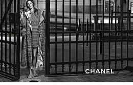 Gisele Bundchen đi chân đất trong chiến dịch của Chanel