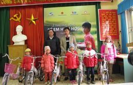 """Trao học bổng """"Vì em hiếu học"""" cho học sinh tỉnh Cao Bằng"""