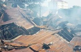 TP.HCM: Cháy lớn, hơn 900m2 nhà xưởng gỗ đổ sập