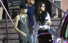 Justin Bieber yêu cầu Selena Gomez sống chung