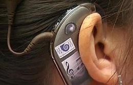 Người mẹ khiếm thính lần đầu tiên nghe tiếng con khóc