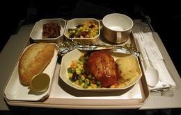 Phía sau khay ăn trên chuyến bay đường dài