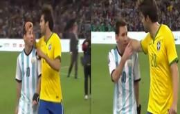 Messi cáu tiết với màn xoa đầu an ủi của Kaka