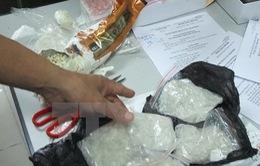 Bắt 2 đối tượng vận chuyển 4 bánh heroin và 14.000 viên ma túy