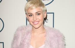 """Miley Cyrus bị chỉ trích vì """"làm nail"""" cho lợn"""
