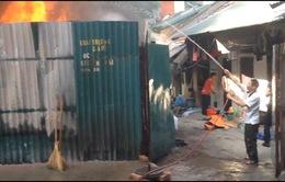 Cháy sát khu dân cư khiến nhiều người dân hoảng loạn