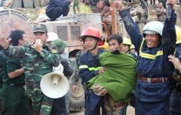 Niềm vui vỡ òa khi 12 công nhân vụ sập hầmđược cứu thoát