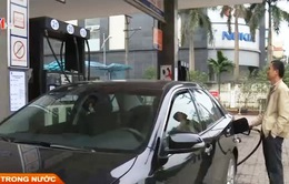 Hà Nội: Khách hàng lúng túng khi tự bơm xăng ô tô