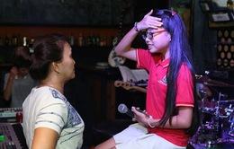 Phương Mỹ Chi mặc đồng phục đến buổi tập của ca sĩ Ngọc Sơn