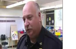 """Mỹ: """"Siêu nhân"""" cảnh sát bảo vệ trường tiểu học"""