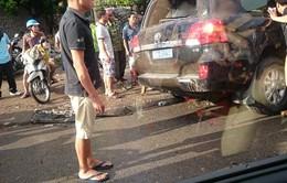 Xe khách đâm nát giải phân cách, tông vào xe công an, 4 người tử nạn