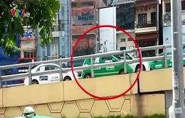 Thiếu ý thức, taxi đột nhiên lùi giữa cầu vượt