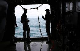 Ngừng vớt thi thể nạn nhân QZ8501 do thời tiết xấu